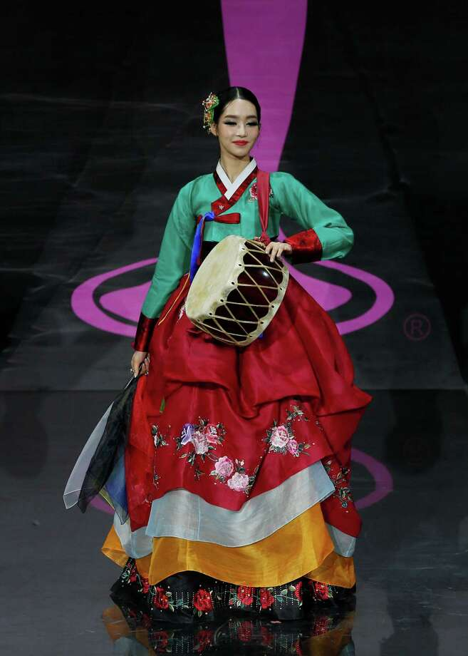 Miss Korea Yumi Kim presents her outfit, during the national costume show at the 2013 Miss Universe pageant in Moscow, Russia, on Sunday, Nov. 3, 2013. Photo: Pavel Golovkin, Associated Press / AP