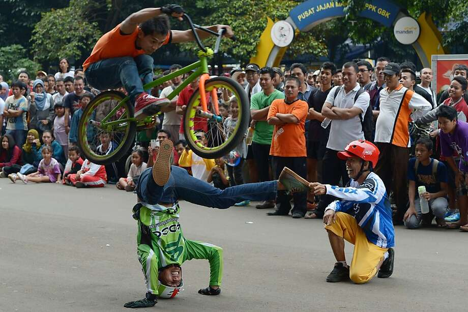 Sure, the guy on the right is laughing: It's not his rear end that's on the line in this Double B Cycling 
