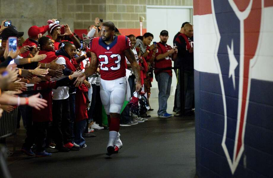 Texans running back Arian Foster high fives a row of fans as he heads for the field. Photo: Houston Chronicle