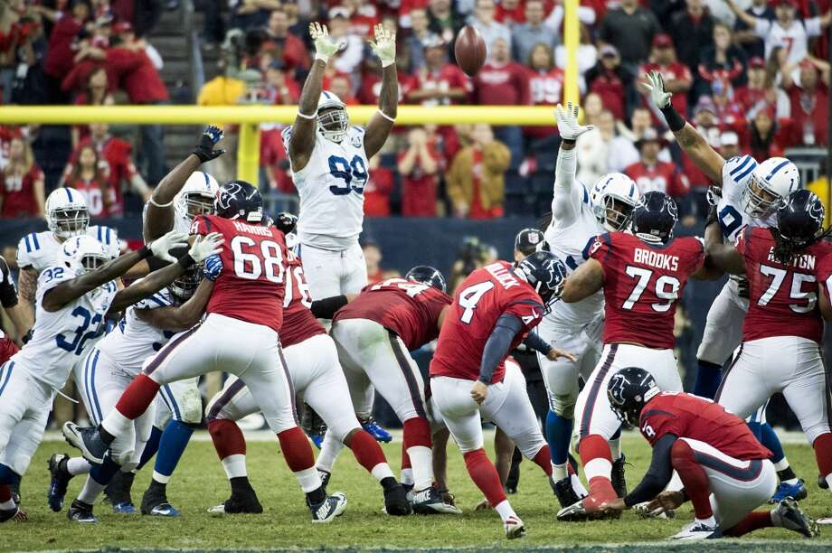 Texans kicker Randy Bullock (4) misses a 55-yard field goal attempt on the final play the game. Photo: Smiley N. Pool, Houston Chronicle