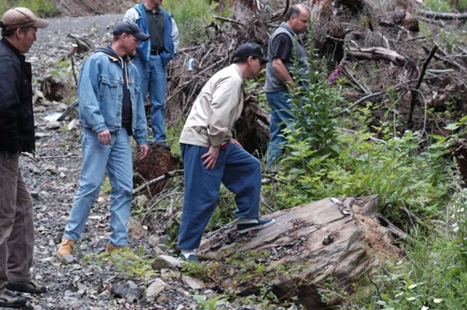 Gary Ridgway with Green River Investigators at a possible homicide scene. Photo: HANDOUT FROM KING CO. SHERIFF'S, P-I File Photos