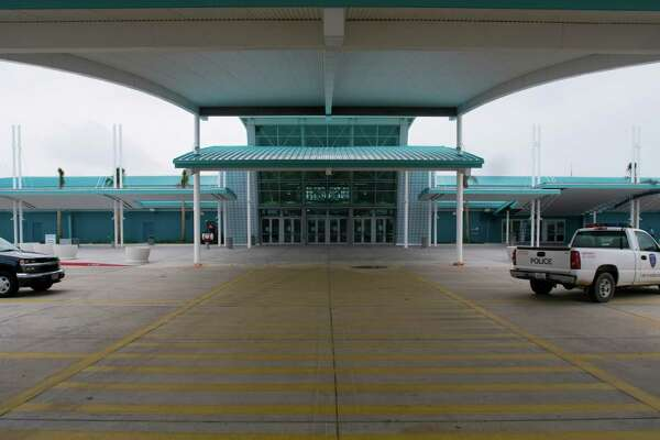 The Bayport Cruise Terminal on Port Road in Pasadena sits empty, Thursday. The cruise ship dock, which is of recent construction, was briefly used by the Carnival Line following damage to Galveston's docks in the wake of Hurricane Ike. Carnival has since returned to Galveston.  Thursday, Nov. 13, 2008, in Pasadena. ( Steve Ueckert / Chronicle )