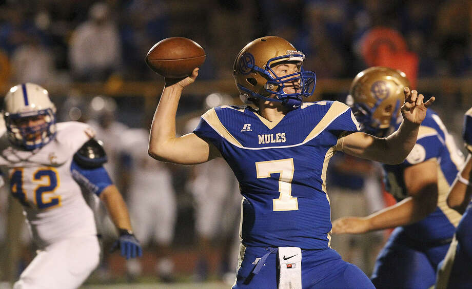 Quarterback Dalton Banks and Alamo Heights will be trying to secure the District 27-4A title Friday against Hays. Photo: Kin Man Hui / San Antonio Express-News
