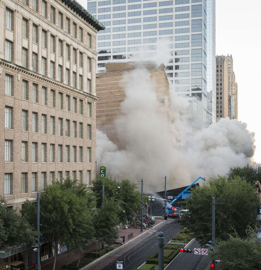 The Foley's building goes down. Photo: Smiley N. Pool, Houston Chronicle