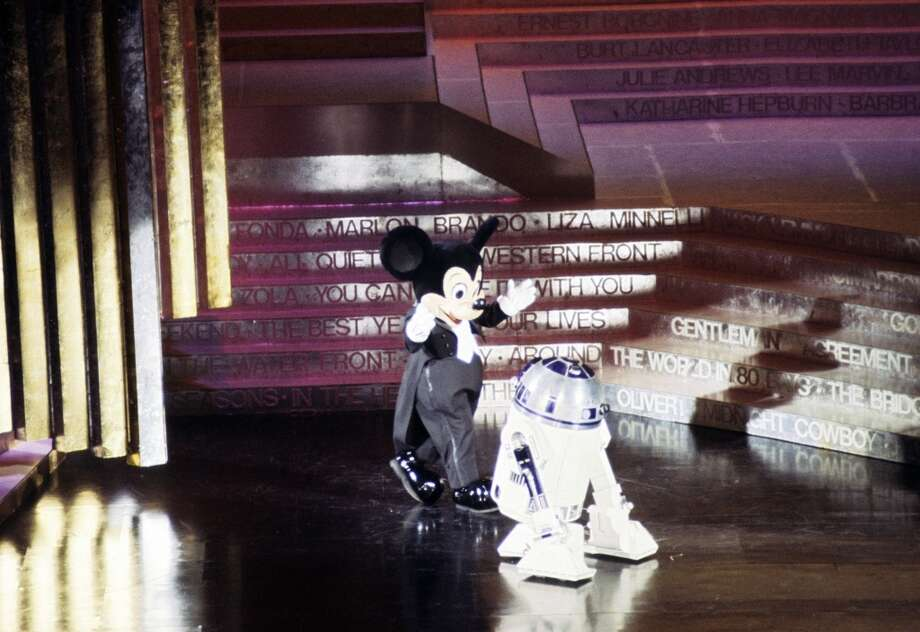 THE 50TH ANNUAL ACADEMY AWARDS - Show Coverage - Shoot Date: April 3, 1978. (Photo by ABC Photo Archives/ABC via Getty Images) MICKEY MOUSE;R2-D2 Photo: ABC Photo Archives/Getty Images