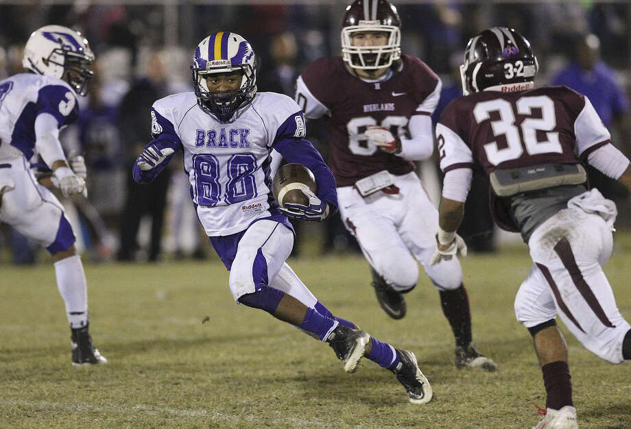 Brackenridge's Romonique Anthony (88) eludes Highlands' Sabian Santos (32) during Friday's game. Photo: Kin Man Hui / San Antonio Express-News