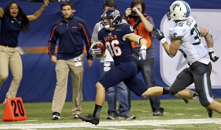 Seth Grubb sprints the ball into scoring position after getting behind Sam Scofield in the final minute as UTSA  hosts Tulane at the Alamodome on November 10, 2013.