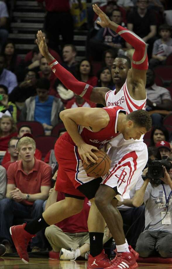 Clippers power forward Blake Griffin tried to score on Rockets center Dwight Howard. Photo: James Nielsen, Houston Chronicle