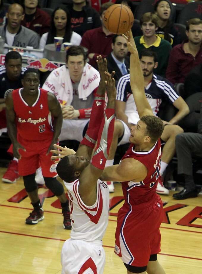 Clippers power forward Blake Griffin right, shoots over Rockets center Dwight Howard. Photo: James Nielsen, Houston Chronicle