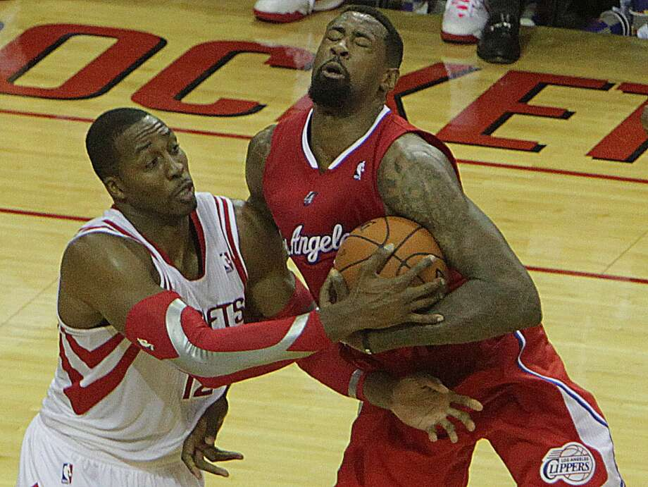 Clippers center DeAndre Jordan right, wrestles for control of the ball with Rockets center Dwight Howard. Photo: James Nielsen, Houston Chronicle