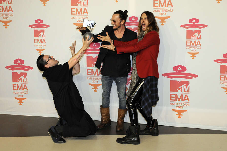 Members of US rock band Thirty seconds to Mars (from LtoR) Tomo Milicevic, Shannon Leto and Jared Leto pose with their award during the MTV European Music Awards (EMA) 2013 at the Ziggo Dome on November 10, 2013 in Amsterdam, The Netherlands. Photo: JOHN THYS, AFP/Getty Images / AFP