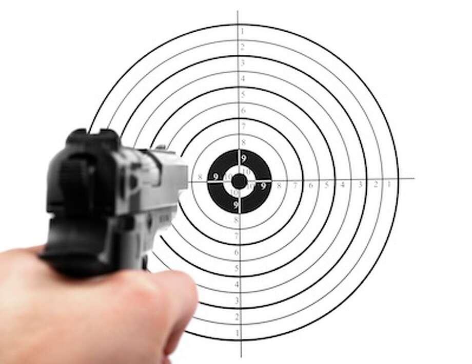 hand with gun shooting target Photo: Ronstik / Ronstik