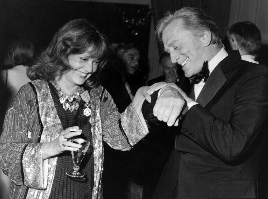 Kirk Douglas, photographed here in 1982, with the French actress Jeanne Moreau.  He was the delight of impressionists for years. Photo: Mondadori, Mondadori Via Getty Images / Mondadori