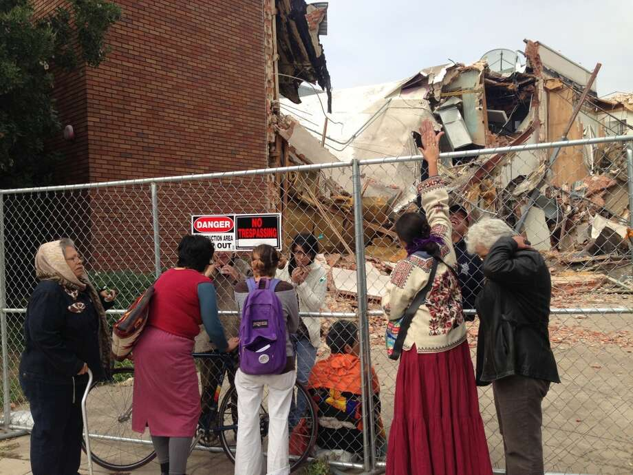 Protestors climbed the fence to stop demolition of the Univision building. Photo: Benjamin Olivo/Express-News