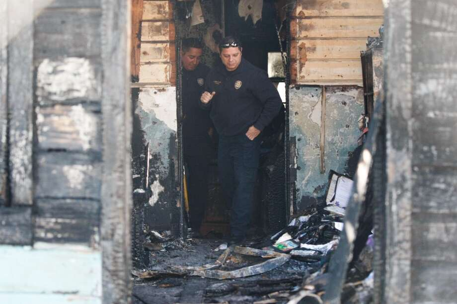 A 32-year-old woman died in a fire late Tuesday night as wind-whipped flames ripped through a house just southeast of downtown. Photo: Johnny Hanson, Houston Chronicle