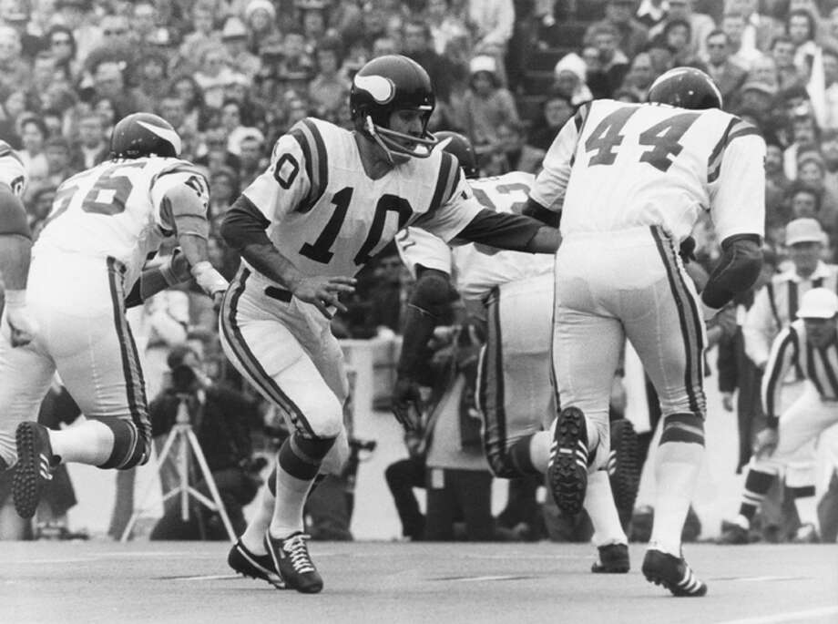 Minnesota Vikings Hall of Fame quarterback Fran Tarkenton hands off to running back Chuck Foreman in a 24-7 loss to the Miami Dolphins in Super Bowl VIII on January 13, 1974 at Rice Stadium. (Photo by Sylvia Allen/Getty Images) Photo: Sylvia Allen, NFL / Bob Allen/WireImage.com