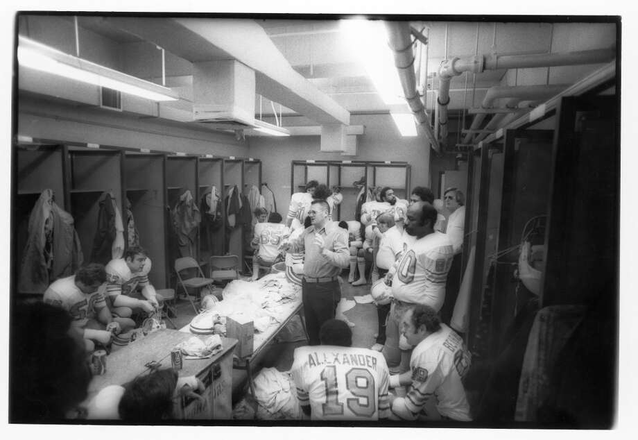 Head coach Bum Phillips of the Houston Oilers talks to his players in the locker room during the game against the Oakland Raiders at Oakland Alameda Coliseum on December 14, 1975 in Oakland, California. The Oilers defeated the Raiders 27-26. (Photo by Michael Zagaris/Getty Images) Photo: Michael Zagaris, Getty Images