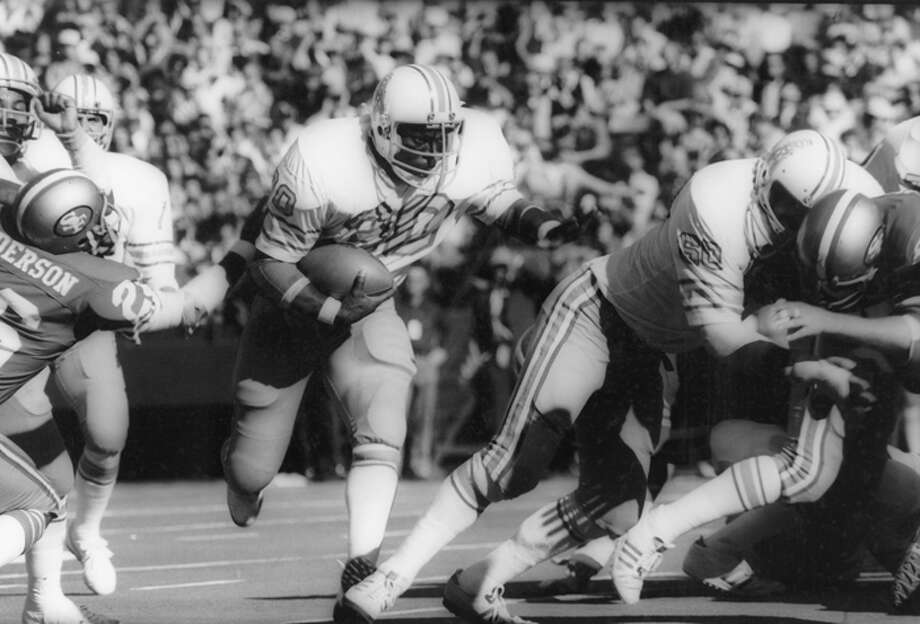 Don Hardeman #30 of the Houston Oilers carries the ball against the San Francisco 49ers during the game at Candlestick Park on December 7, 1975 in San Francisco, California. The Oilers defeated the Niners 27-13.  (Photo by Michael Zagaris/Getty Images) Photo: Michael Zagaris, Getty Images / 1975 Michael Zagaris