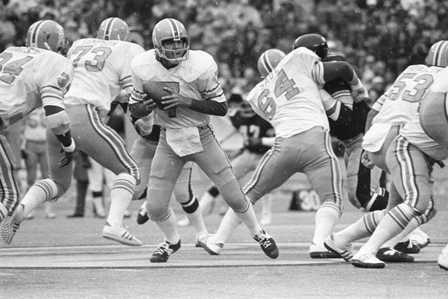 Quarterback Dan Pastorini #7 of the Houston Oilers drops back to pass behind the blocking of offensive linemen Greg Sampson #73, Ron Saul #64 and  Fred Hoaglin #53 in the rain and sleet during a game against the Pittsburgh Steelers at Three Rivers Stadium on December 1, 1974 in Pittsburgh, Pennsylvania.  (Photo by George Gojkovich/Getty Images) Photo: George Gojkovich, Getty Images / 1974 George Gojkovich