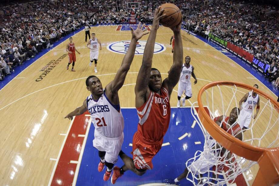 Terrence Jones (6) goes up for a dunk as Thaddeus Young (21) defends. Photo: Matt Slocum, Associated Press