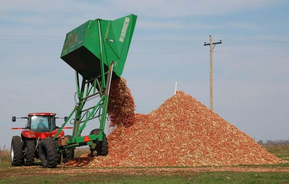 A dump wagon adds freshly gathered corn cobs to a pile on a farm near Hurley, S.D. The first trickle of fuels made from agricultural waste, including corn cobs, is finally winding its way into the nation's energy supply, after years of broken promises and hype promoting a next-generation fuel source cleaner than oil. As refineries produce this so-called cellulosic fuel, it has become clear, even to the industry's allies, that the benefits remain, as ever, years away. (AP Photo/Dirk Lammers, File) Photo: DIRK LAMMERS, Ap