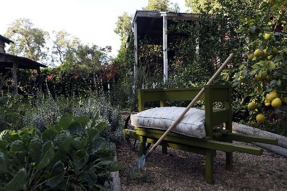A look at the verdant garden at the Bloodsworth home. Photo: Helen L. Montoya, San Antonio Express-News