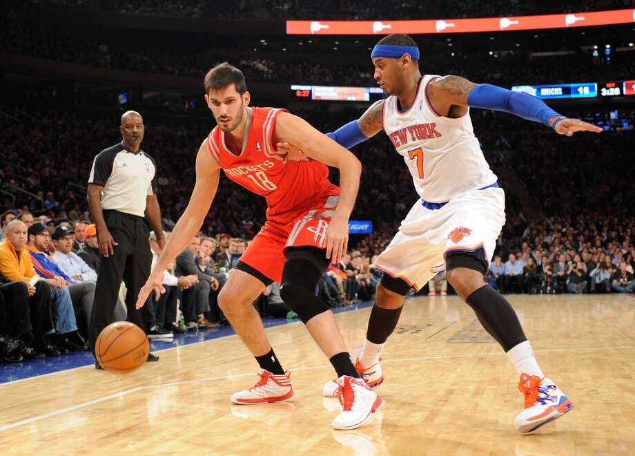 Omri Casspi #18 of the Rockets drives against J.R. Smith #8 of the Knicks. Photo: Maddie Meyer, Getty Images