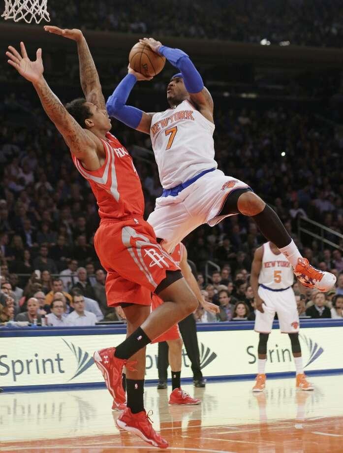 Carmelo Anthony (7) shoots over Greg Smith. Photo: Frank Franklin II, Associated Press