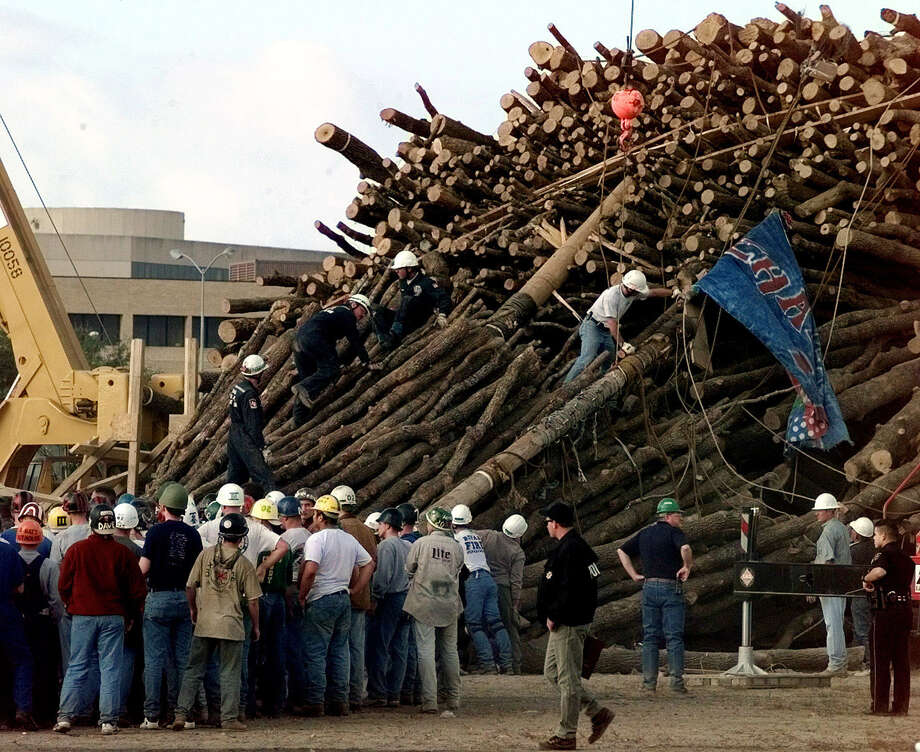 Texas A&M students and rescue workers gather at the base of the collapsed bonfire stack as the search continues for victims in this Nov. 18, 1999 photo in College Station, Texas. Photo: PAT SULLIVAN, AP / AP