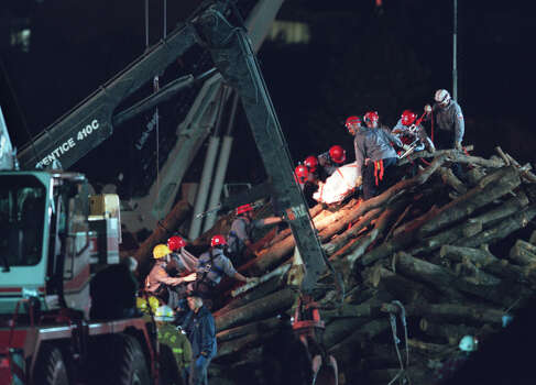 Rescue workers remove the 11th body early in the morning, Nov. 19, 1999 at the site where a bonfire under construction collapsed and killed 12 people in College Station. Photo: Smiley N. Pool, Houston Chronicle / Houston Chronicle