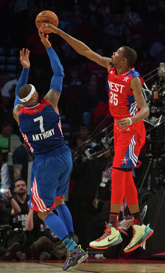 Kevin Durant of the Oklahoma City Thunder (35) knocks away a shot by Carmelo Anthony of the New York Knicks (7). Photo: James Nielsen, Houston Chronicle / © 2013  Houston Chronicle