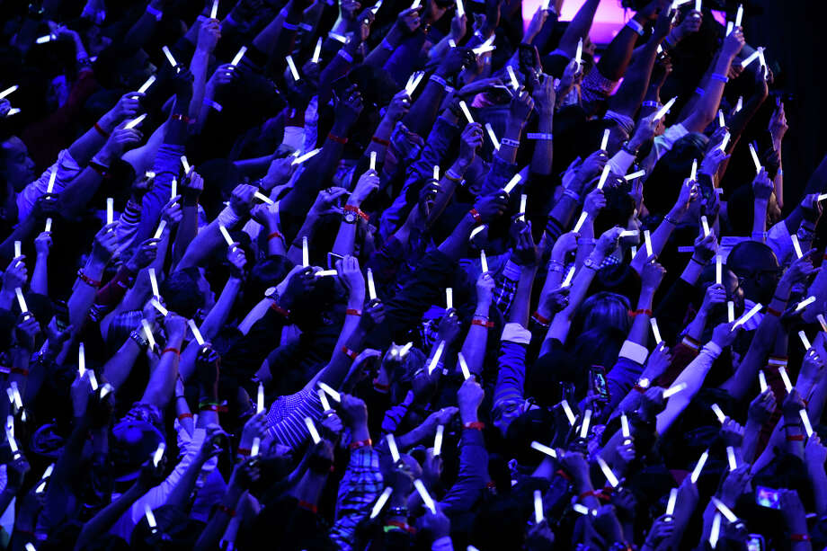 Fans reach toward the stage as Alicia Keys performs at halftime. Photo: Billy Smith II, Houston Chronicle / © 2013  Houston Chronicle