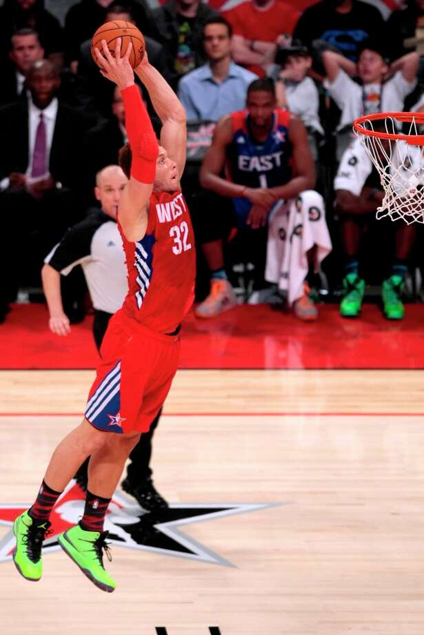 Blake Griffin of the Los Angeles Clippers (32) gets an open dunk during the second half. Photo: Billy Smith II, Chronicle / © 2013  Houston Chronicle