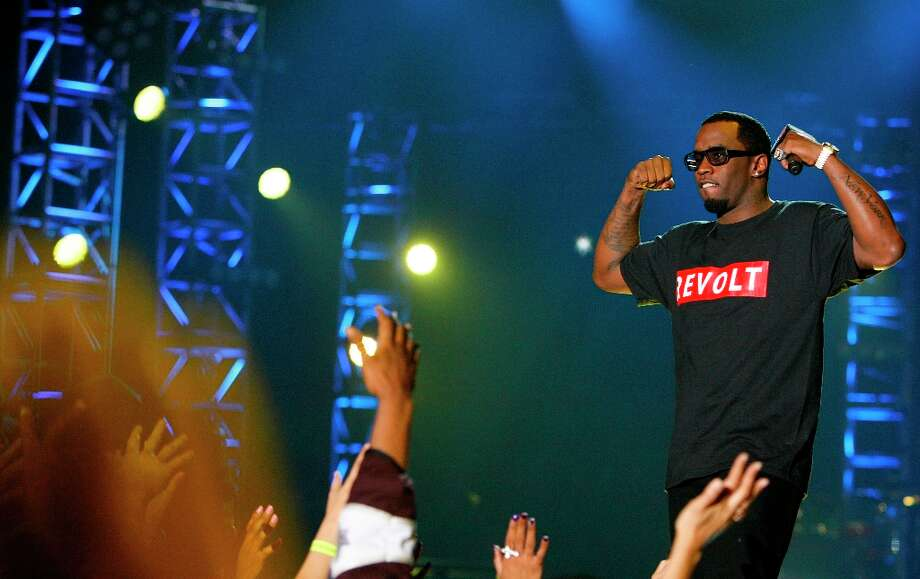 Sean Combs flexes for the crowd. Photo: Cody Duty, Chronicle / © 2013  Houston Chronicle