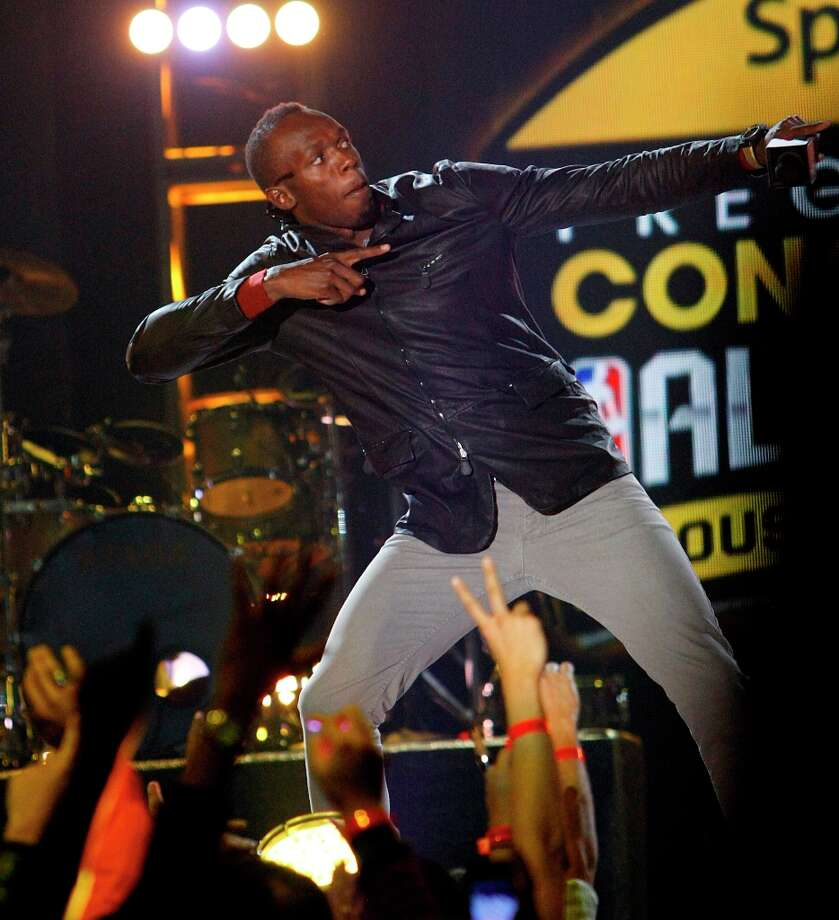 Olympic gold medalist sprinter Usain Bolt plays to the crowd. Photo: Cody Duty, Chronicle / © 2013  Houston Chronicle