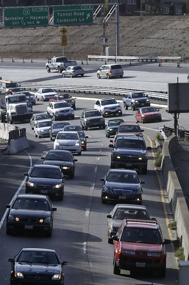 Commuters heading east toward Contra Costa County approach the Caldecott Tunnel last week. Photo: Paul Chinn, The Chronicle
