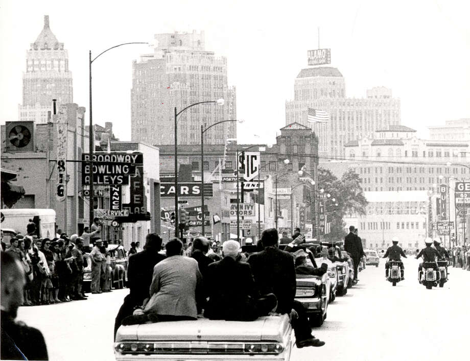The presidential motorcade makes its way down Broadway on Nov. 21, 1963, the day before John F. Kennedy was assassinated in Dallas. Photo: EN FILE PHOTO