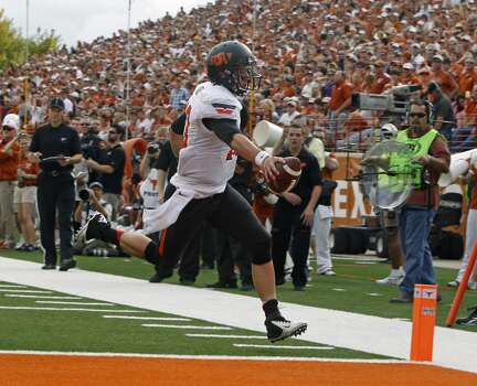 Clint Chelf of Oklahoma State scores against Texas. Photo: Michael Thomas, Associated Press