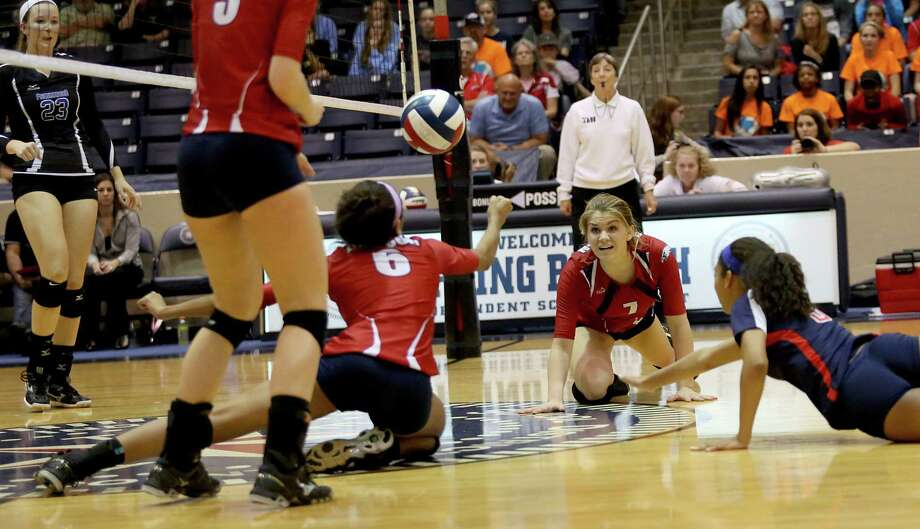 11/16/13: Dawson's Zoe Hill (6) can't quite make the dig against Friendswood in 4A district volleyball playoff game at Don Coleman Community Coliseum in Houston, Texas. Friendswood won 3 games to 2. Photo: Thomas B. Shea, For The Chronicle / © 2013 Thomas B. Shea