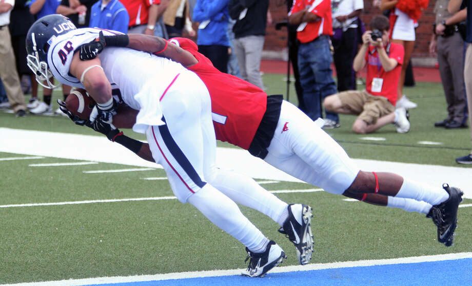 SMU's Chris Parks (1) cannot stop a touchdown reception by Connecticut's Sean McQuillan in the second half of an NCAA college football game on Saturday, Nov. 16, 2013, in Dallas. (AP Photo/The Dallas Morning News, Ricky Moon) MANDATORY CREDIT; NO SALES; MAGAZINES OUT; TV OUT; INTERNET USE BY AP MEMBERS ONLY Photo: Ricky Moon, AP / Associated Press