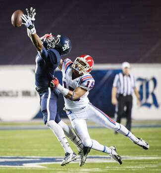 Rice wide receiver Dennis Parks (4) can't hold on to a pass as Louisiana Tech cornerback Bryson Abraham (15) defends. Photo: Smiley N. Pool, Houston Chronicle