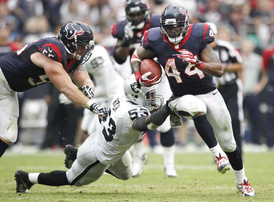 Texans running back Ben Tate (44) breaks away from Raiders middle linebacker Nick Roach. Photo: Brett Coomer, Houston Chronicle