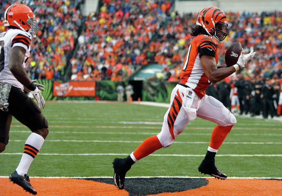 Cincinnati Bengals tight end Alex Smith catches a two-yard touchdown pass against Cleveland Browns free safety Tashaun Gipson, left, in the second half of an NFL football game, Sunday, Nov. 17, 2013, in Cincinnati. Photo: David Kohl, AP / FR51830 AP