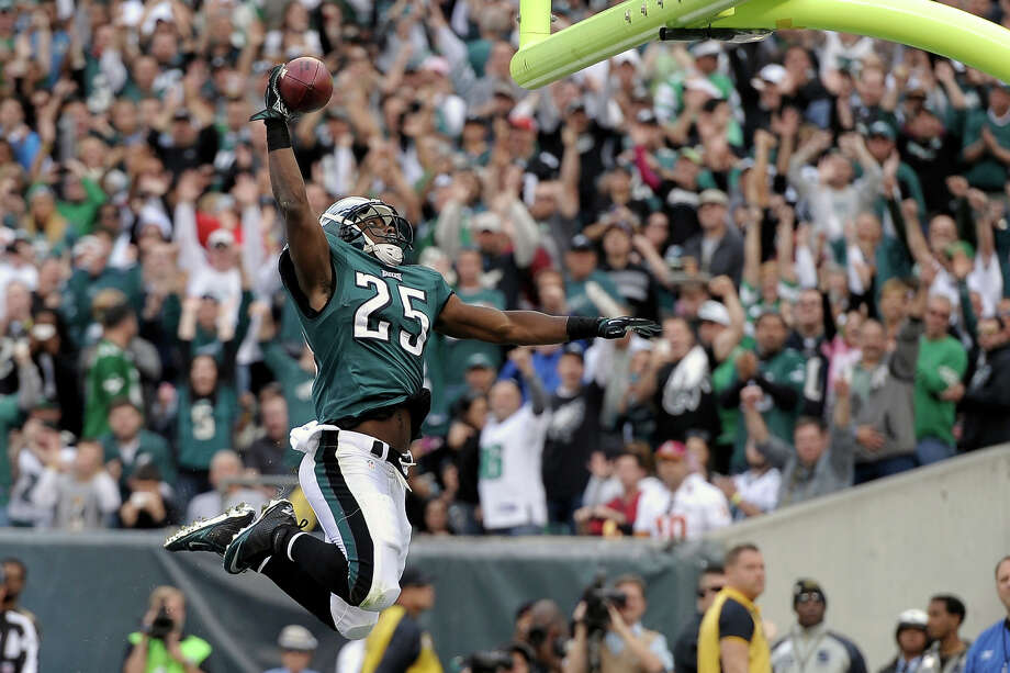 Philadelphia Eagles running back LeSean McCoy celebrates his touchdown during the first half of an NFL football game against the Washington Redskins in Philadelphia, Sunday, Nov. 17, 2013. Photo: Michael Perez, AP / FR168006 AP