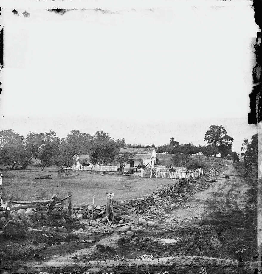 The headquarters of General George Gordon Meade of the Union Army on Cemetery Ridge, Gettysburg, 1863. Photo: Library Of Congress, Getty Images / Archive Photos