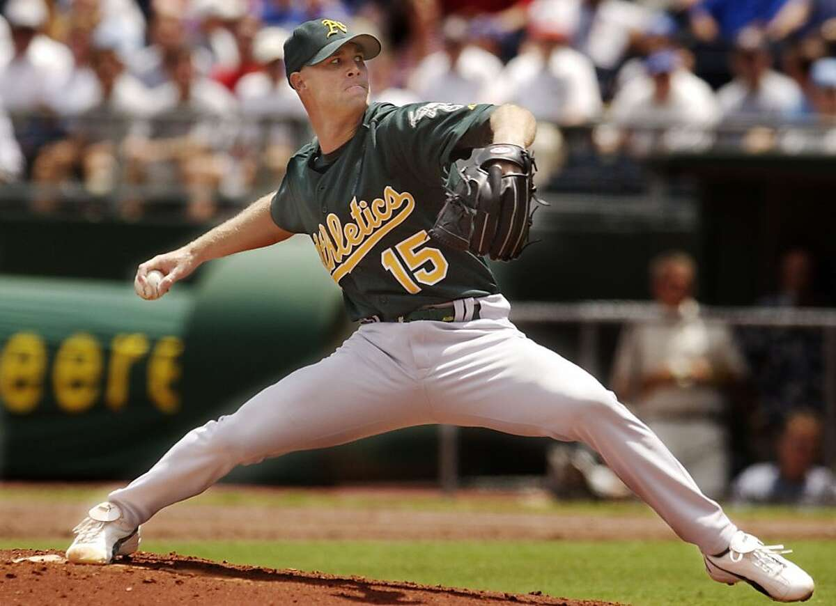 Oakland Athletics starting pitcher Tim Hudson delivers a pitch to Kansas City Royals' Carlos Beltran in the first inning Tuesday, July 22, 2003, in Kansas City, Mo. (AP Photo/Ed Zurga)