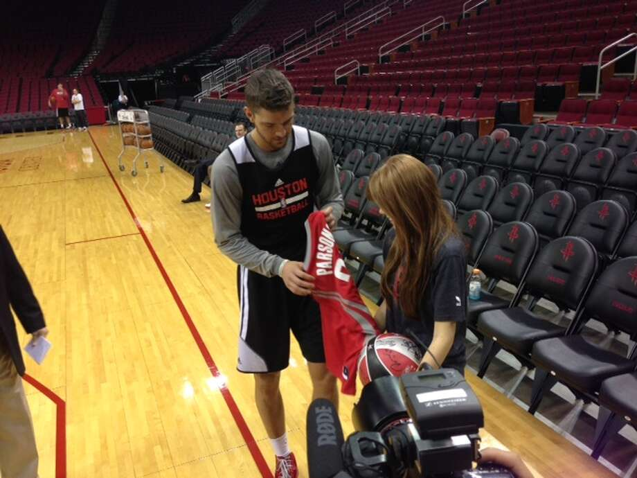 Rockets forward Chandler Parsons gives Carly Wright a jersey. Photo: Jenny Dial Creech, Houston Chronicle