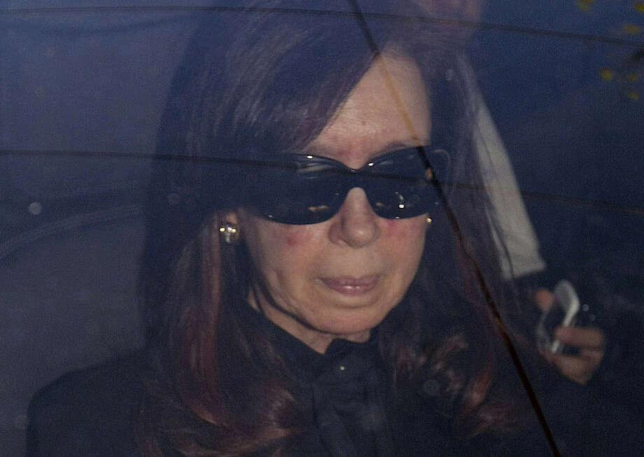 La presidenta de Argentina Cristina Fernández llega en el hospital donde tuvo  cirugía de cráneo  el ocho de octubre. Photo: Pablo Molina / Associated Press