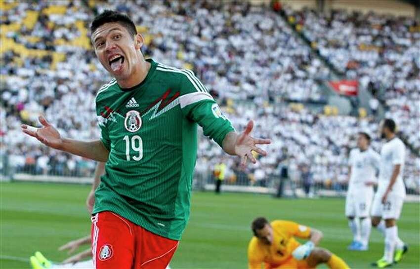 El jugador de M�xico, Oribe Peralta, festeja un gol contra Nueva Zelanda en la eliminatoria mundialista el mi�rcoles, 20 de noviembre de 2013, en Wellington. (AP Photo/SNPA, John Cowpland) NEW ZEALAND OUT
