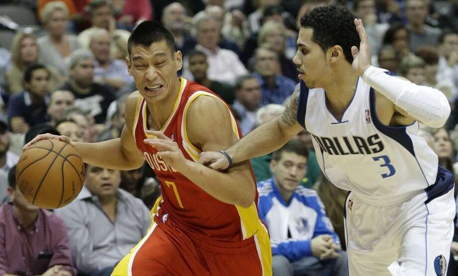 Rockets point guard Jeremy Lin (7) drives against Mavericks point guard Shane Larkin (3). Photo: LM Otero, Associated Press